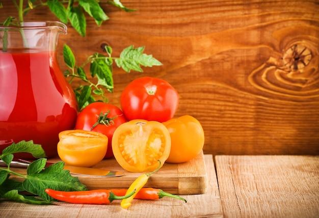 Pomodori e succo in caraffa