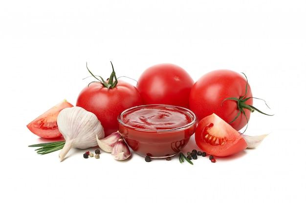 Pomodori, salsa e ingredienti isolati su sfondo bianco