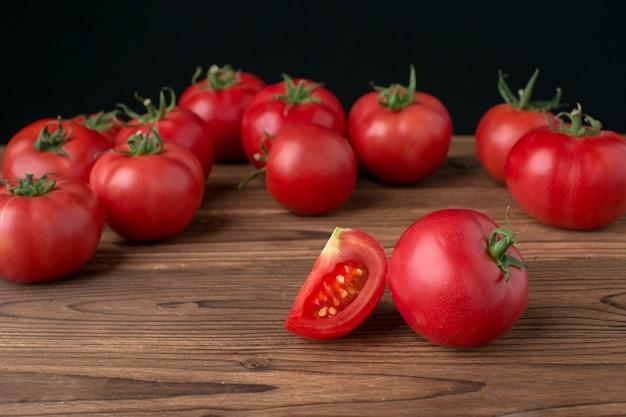 Pomodori su fondo di legno
