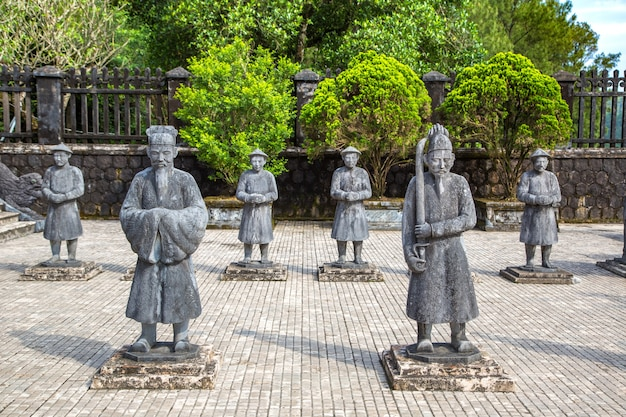 Tomba di khai dinh con la guardia d'onore manadarin a hue, vietnam