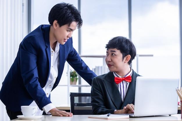 Maschiaccio lesbica e coaching personale dipendenti uomo d'affari omosessuale lgbt