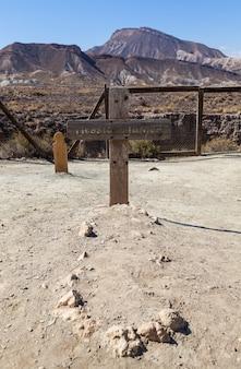 Lapide in legno in questo vecchio cimitero abbandonato