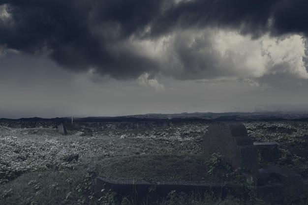 Lapidi sul cimitero con lo sfondo della scena drammatica. concetto di halloween