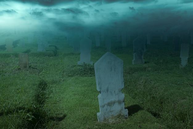 Lapidi sul cimitero con sfondo scena notturna. concetto di halloween