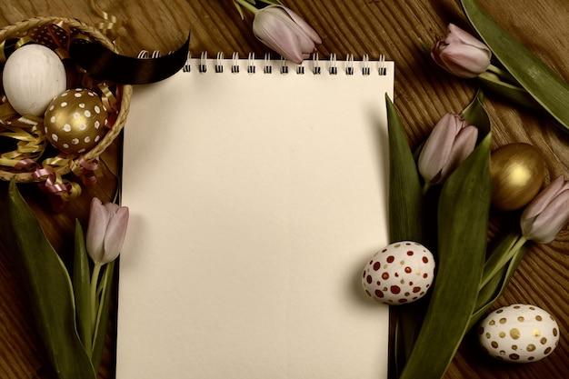 Sfondo tonico tulipani e uova di pasqua