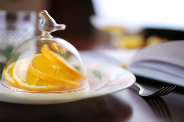 Piatto di frutta all'arancia tonica