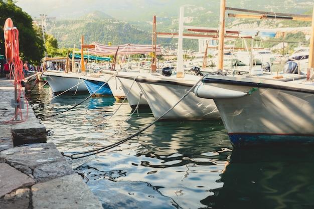 Foto tonica della fila di barche da pesca ormeggiate in giornata di sole
