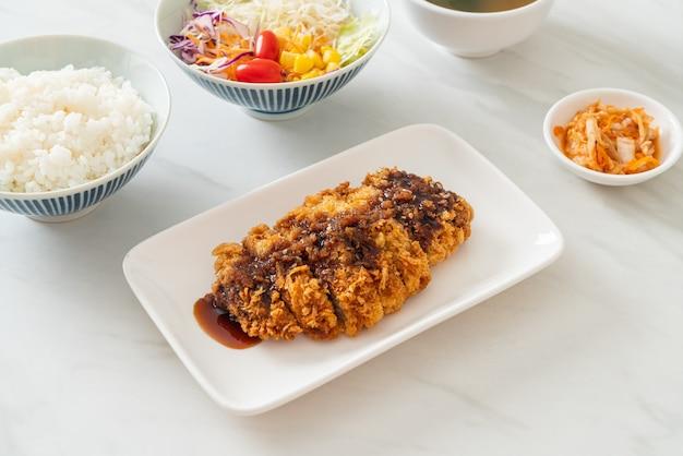 Tonkatsu - cotoletta di maiale giapponese fritta con set di riso - stile alimentare giapponese