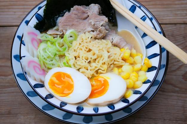 Tonkotsu ramen japanese noodles pork bone broth e chashu