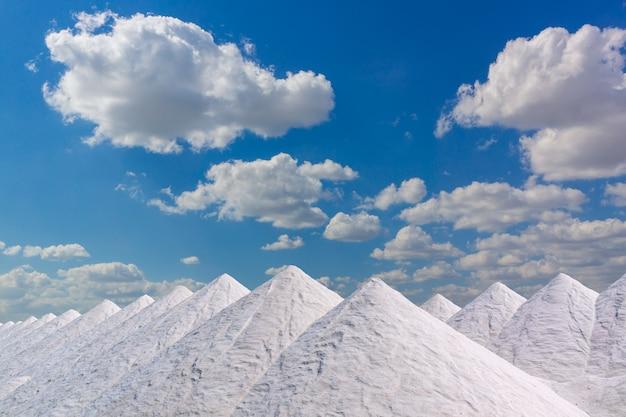Tonnellate di sale in enormi cumuli in attesa di essere insaccati...