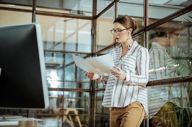 Troppo lavoro. incinta donna d'affari prospera sentirsi occupata pur avendo troppo lavoro