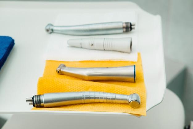 Uno strumento per il dentista prima di lavorare nel suo studio.