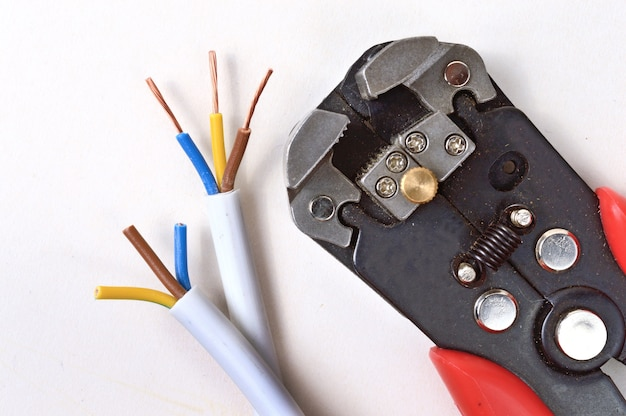 Strumento per spelare fili e cavi elettrici
