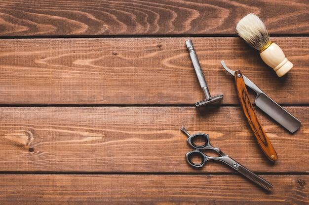 Strumenti per il taglio di barba barbiere vista dall'alto su sfondo di legno