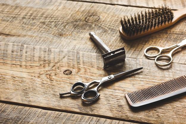 Strumenti per il taglio di barba barbiere su fondo in legno.