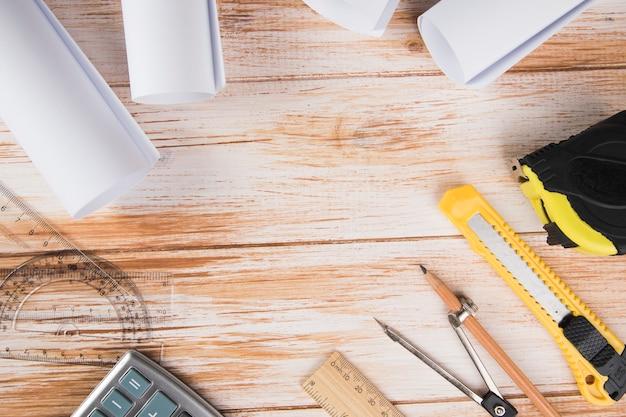 Strumenti per progettare una casa su un tavolo di legno