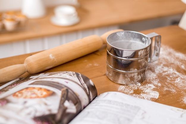 Strumenti per fare la pasta. tazza di farina e mattarello