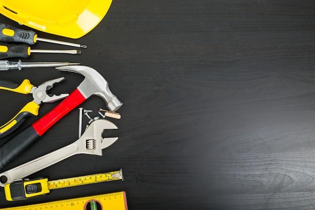 Strumenti hardware manuale spazio vuoto con tavola di legno nera.