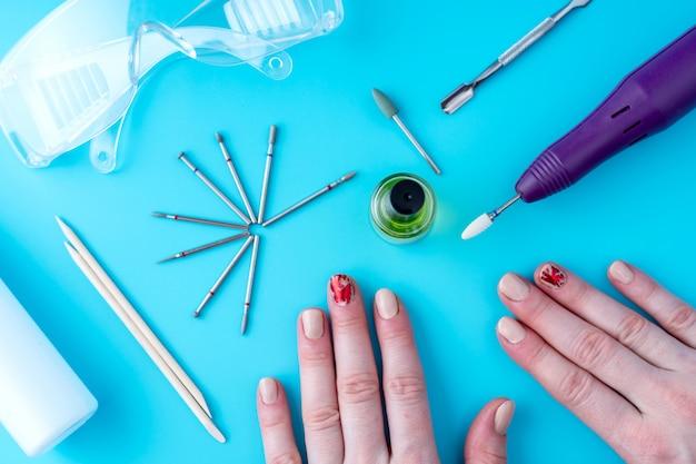 Strumenti per manicure professionale e mani femminili