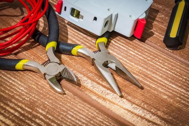 Attrezzi e ricambi per mastro elettricista su tavole di legno d'epoca