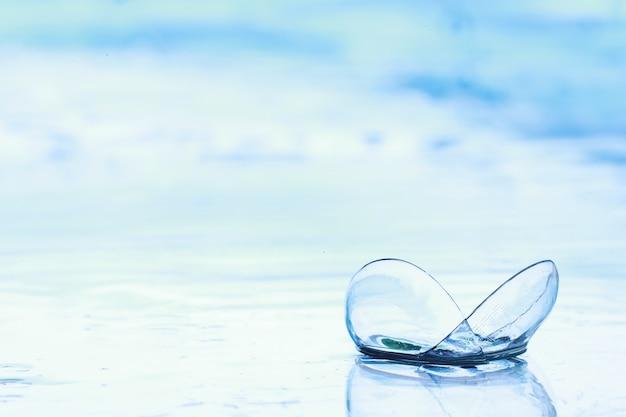 Strumenti per la correzione della vista. occhiali e lenti con diottrie sullo sfondo di schizzi e sfocate.