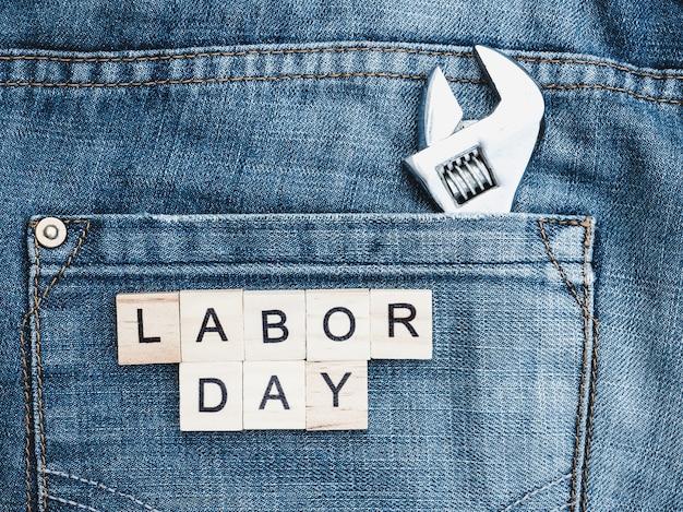 Strumenti e lettere di legno con la scritta labor day