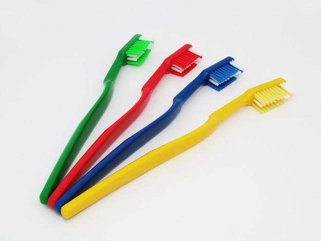 Gli spazzolini da denti isolati su uno sfondo bianco