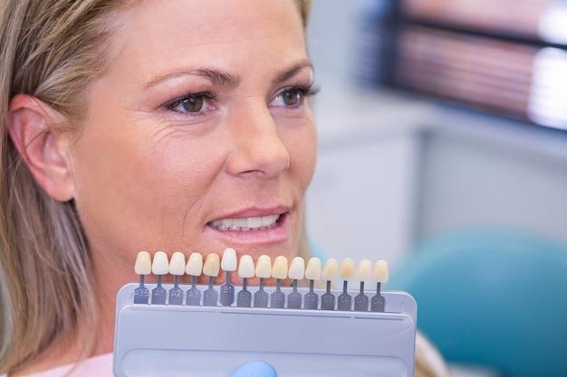 Attrezzature per lo sbiancamento dei denti sorridendo paziente presso clinica medica