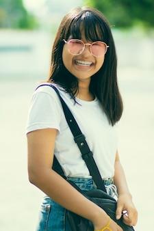 Toothy volto sorridente di adolescente asiatico stile di vita casual