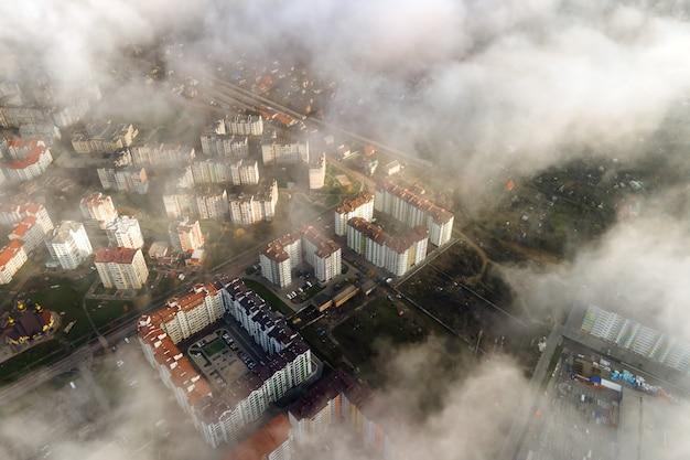Vista aerea dall'alto di soffici nuvole bianche sulla città moderna con edifici alti.
