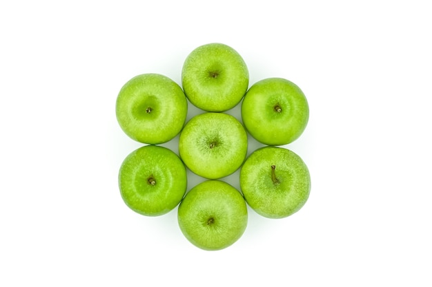 Vista ravvicinata dall'alto mele verdi 7 appetitose mele verdi su superficie bianca