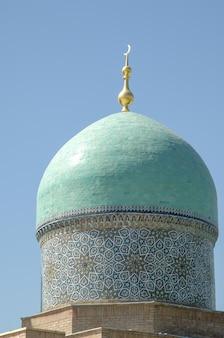 La parte superiore della cupola con una mezzaluna nell'antico stile asiatico architettura dell'asia centrale