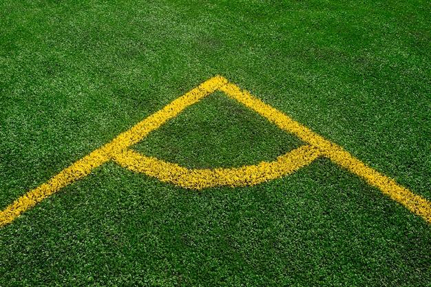 Una vista dall'alto verso il basso della linea gialla su un campo di calcio verde