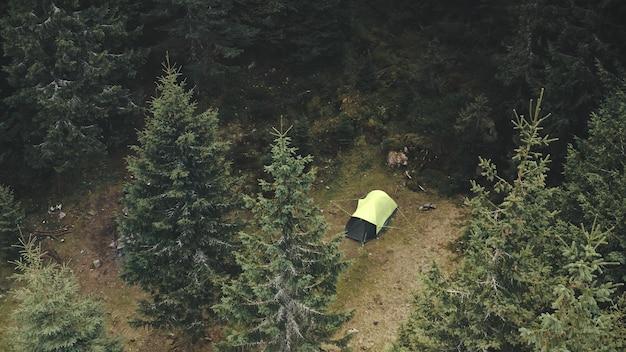 Campo tenda dall'alto verso il basso nella foresta di abeti rossi antenna autunno nessuno natura paesaggio abeti in montagna