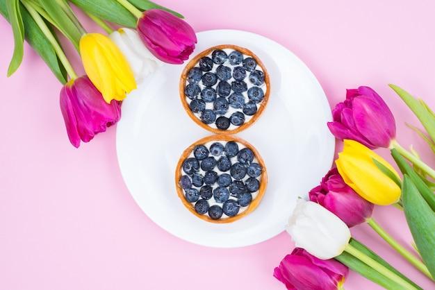 In alto sopra flatlay laici foto di bella elegante immagine alla moda dieta deliziosa mangiare sano nutrizione cibo sulla superficie di colore pastello isolato piastra