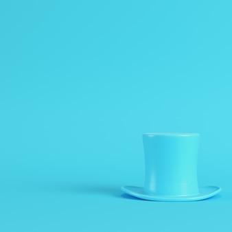 Cappello a cilindro su sfondo blu brillante