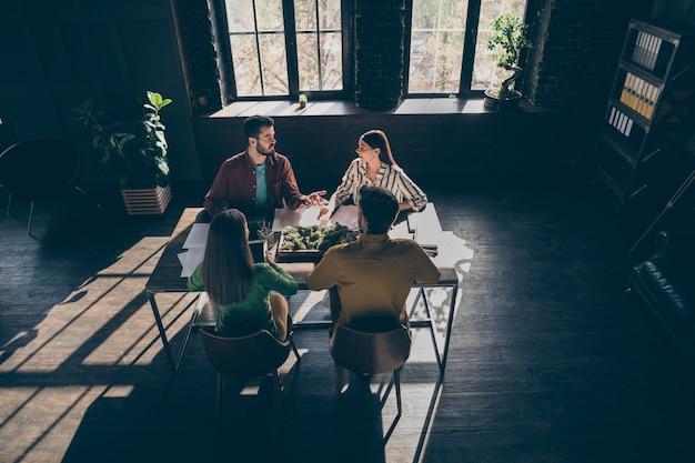 Vista dall'alto in alto del gruppo focalizzato persone imprenditore discus avviare il progresso pianificazione esperienza progetto seduto tavolo