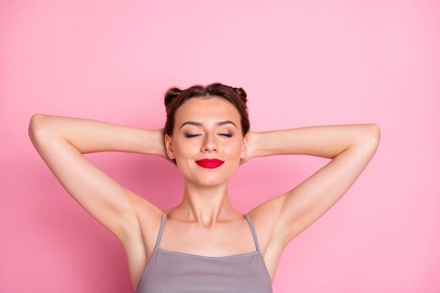 In alto sopra la foto ad alto angolo di affascinante ragazza adorabile resto rilassarsi addormentato chiudere gli occhi indossare abbigliamento stile casual isolato su colore rosa