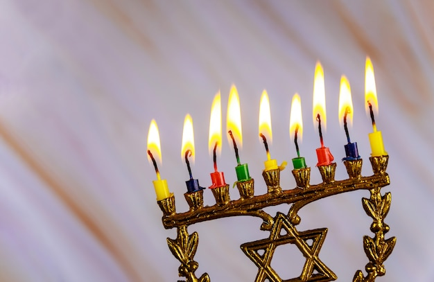 Parte superiore della menorah con colore che brucia nove candele