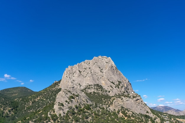 La cima della montagna in una giornata di sole