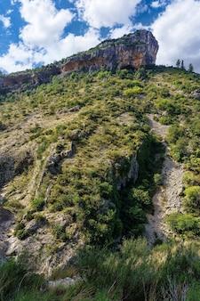 Cima della montagna con sentiero tra le rocce per scalatori.