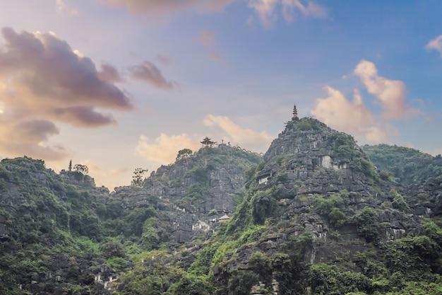 La pagoda superiore del tempio di appendere mua risaie ninh binh vietnam il vietnam riapre i confini dopo la quarantena Foto Premium