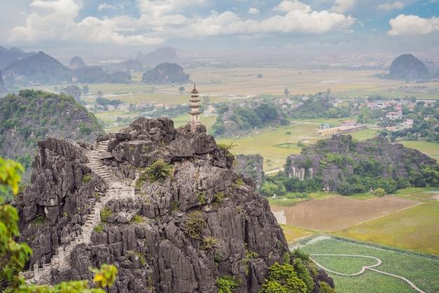 La pagoda superiore del tempio di appendere mua risaie ninh binh vietnam il vietnam riapre i confini dopo la quarantena