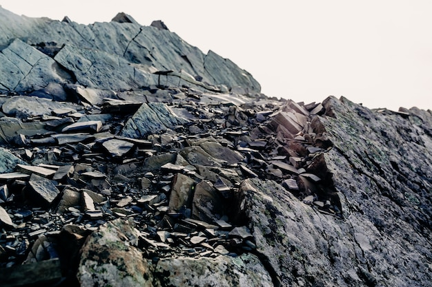 La parte superiore di una catena montuosa rocciosa. pietre piatte grigie. roccia rocciosa