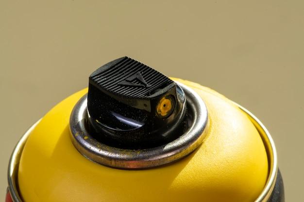 La parte superiore di una vernice spray gialla può essere isolata su uno sfondo dello stesso colore