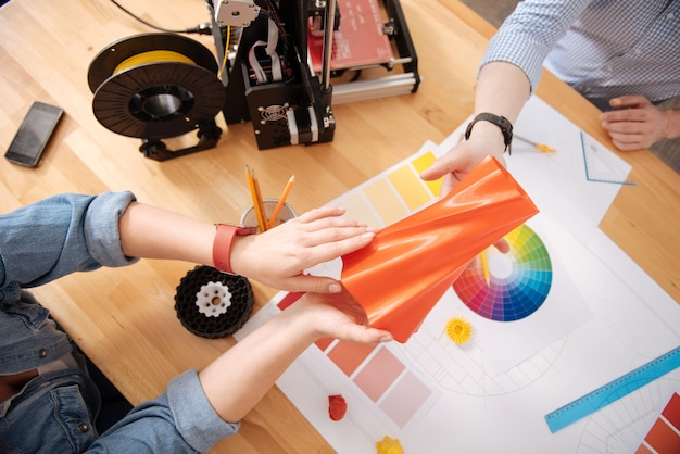 Vista dall'alto di un vaso stampato in 3d che viene consegnato a un designer 3d maschio
