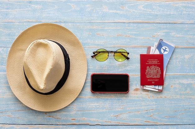Vista dall'alto degli accessori utilizzati per i turisti su uno sfondo di legno. accessori da viaggio e copia spazio. concetto di accessori da viaggio vista dall'alto.