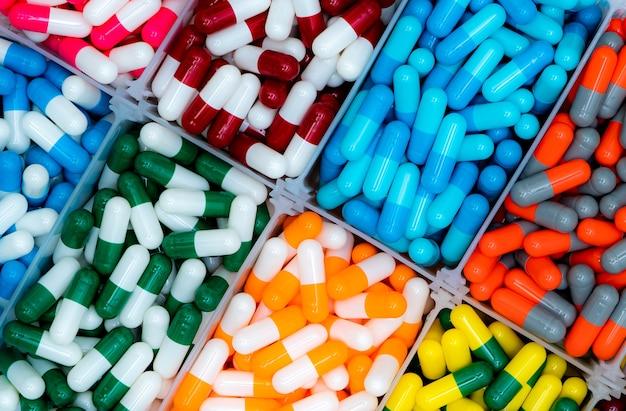 Vista dall'alto di pillole capsule antibiotiche nel vassoio di plastica.