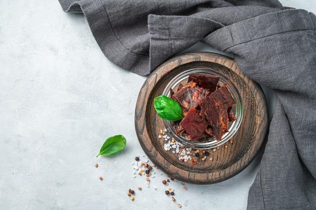 Antipasto vista dall'alto a base di carne di manzo naturale con spezie e basilico in una ciotola con panno da cucina