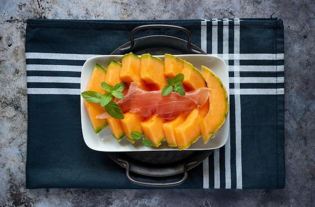 Piatto antipasto vista dall'alto con prosciutto crudo e melone cantalupo
